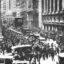 Multitud durante la gran depresión en Wall Street