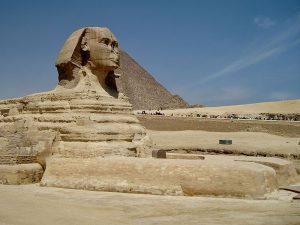fotografía de la Esfinge y, detrás, pirámide de Keops, en la Meseta de Giza.