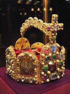 foto de una Corona utilizada por los emperadores del Sacro Imperio Romano Germánico.