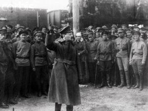 foto de León Trotski arengando a la Guardia Roja