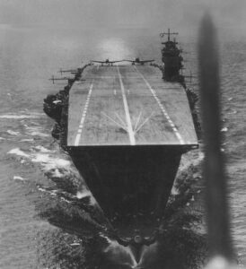 fotografía del portaaviones japonés Akagi, hundido durante la batalla de Midw