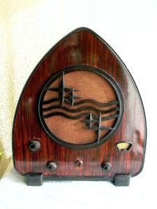 fotografía de una radio de art déco