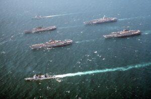 fotografía de La Séptima Flota de los Estados Unidos navegando en aguas del golfo Pérsico, durante la guerra del Golfo.