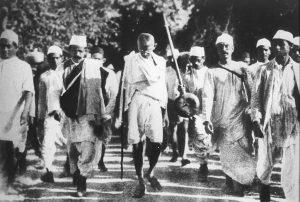 fotografia de gandhi en la marcha de sal