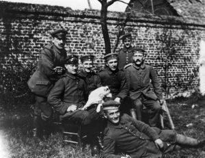 fotografía de Hitler y varios compañeros de armas