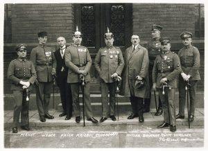 fotografía de Hiltler y otros miembros del Partido Nacional Socialista