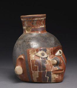 fotografía de un vaso cerámico policromado con forma de cabeza humana.