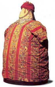 fotografía de un fardo funerario con cabeza falsa realizada con fibras textiles.